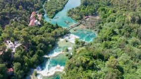 Voo aéreo das imagens de vídeo do zangão sobre cachoeiras do parque nacional de Krka, Croácia vídeos de arquivo