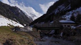 Voo aéreo do inverno bonito sobre cumes do suíço da paisagem da corrente de montanha video estoque