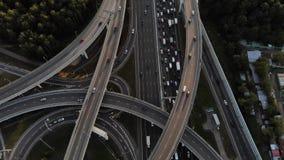 Voo aéreo do ponto baixo do intercâmbio da autoestrada aéreo sobre o intercâmbio da autoestrada filme