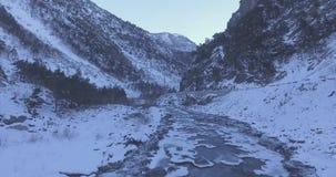 Voo aéreo do zangão nas montanhas no inverno filme