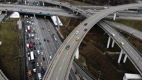 Voo aéreo do zangão sobre a junção de estrada Carro movente na estrada video estoque