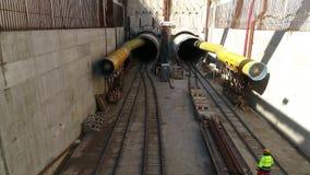 Voo aéreo sobre as obras da estrada de ferro subterrânea onde é fabricado construído em Tessalónica video estoque