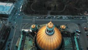 Voo a?reo sobre a catedral do St Isaac de cima de O centro hist?rico de St Petersburg Voo impressionante sobre video estoque