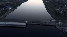 Voo aéreo sobre a central elétrica hidroelétrico no rio do Daugava em Riga no por do sol de nivelamento video estoque