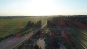 Voo aéreo sobre a igreja e as moscas de Christian Russian ao longo da estrada ao sol video estoque