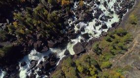 Voo aéreo sobre o rio e a cachoeira raging do vapor na floresta do outono vídeos de arquivo