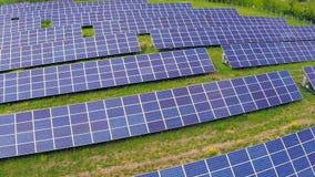 Voo aéreo sobre os painéis solares vídeos de arquivo