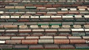 Voo aéreo sobre vagões do frete Vagões coloridos do frete na estação de descarregamento e de carregamento do vagão do frete logís vídeos de arquivo