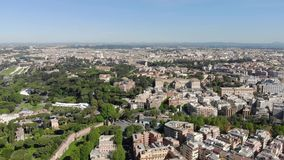 Voo aéreo um zangão sobre o Colosseum em Roma, Itália Anfiteatro oval do coliseu ou do Flavian Amphitheatre ou do Colosseo vídeos de arquivo