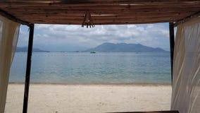 Voo acima da barraca do mar na praia vídeos de arquivo