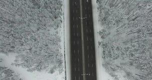 Voo acima da estrada com carros 4K vídeos de arquivo