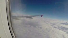 Voo acima das nuvens brancas suaves, vigia da asa do avião do passageiro video estoque