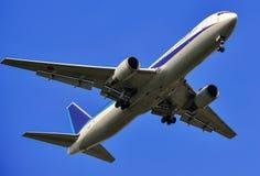 Voo acima do avião do passageiro sobre bluesky Foto de Stock Royalty Free