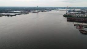 Voo acima do Rio Delaware para Walt Whitman Bridge Philadelphia filme