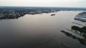 Voo acima do Rio Delaware para Walt Whitman Bridge Philadelphia video estoque