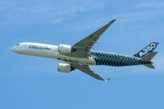 Voo Airbus A350 XWB da demonstração Imagem de Stock Royalty Free