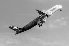Voo Airbus A350 XWB da demonstração Foto de Stock Royalty Free