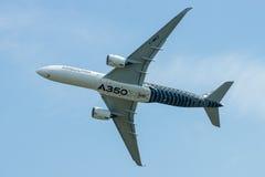 Voo Airbus A350 XWB da demonstração Fotos de Stock Royalty Free