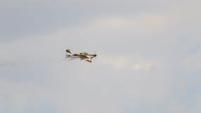 Voo amarelo pequeno do avião em uma exposição extrema da acrobacia Foto de Stock Royalty Free