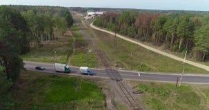 Voo ao longo da estrada de ferro Estrada de ferro em uma ?rea bonita da floresta filme