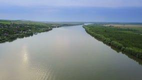Voo ao longo do rio Danúbio antes de fluir no mar filme