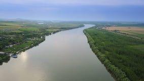 Voo ao longo do rio Danúbio antes de fluir no mar video estoque