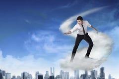 Voo asiático da pessoa do negócio com a nuvem Fotos de Stock