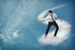 Voo asiático da pessoa do negócio com a nuvem Imagens de Stock Royalty Free