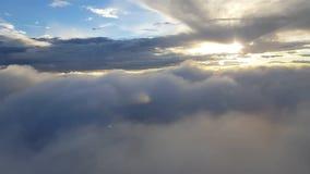 Voo através das nuvens dispersadas que olham fora de um plano video estoque