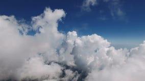Voo através das nuvens macias macias na alta altitude video estoque