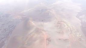 Voo através das nuvens sobre um vulcão extinto Terra vermelha video estoque