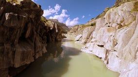 Voo através do fundo épico da natureza da paisagem do rio da garganta filme