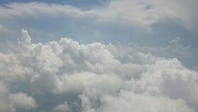 Voo atrav?s das nuvens vídeos de arquivo