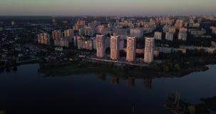Voo baixo sobre na cidade com opiniões do por do sol da arquitetura da cidade pixéis de 4k 4096 x 2160 filme