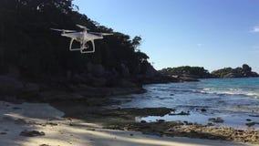 Voo branco do dispositivo do zangão de Quadcopter na praia Similan, Tailândia HD slowmotion video estoque