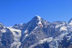 Voo cênico do parapente na frente do massiv de Eiger, de Mönch e de Jungfraujoch imagens de stock royalty free