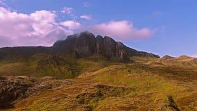 Voo cinemático perto do ancião de Storr nas montanhas escocesas, ilha de Skye - Escócia vídeos de arquivo
