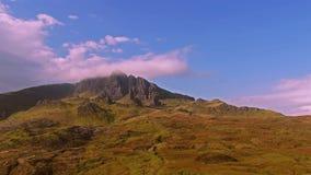 Voo cinemático perto do ancião de Storr nas montanhas escocesas, ilha de Skye - Escócia video estoque