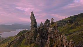 Voo cinemático sobre o ancião de Stor no outono - ilha de Skye, Escócia video estoque