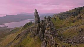 Voo cinemático sobre o ancião de Stor no outono - ilha de Skye, Escócia vídeos de arquivo