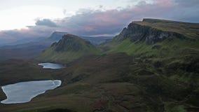 Voo cinemático sobre o Quiraing durante o nascer do sol na cara oriental de na Suiramach de Meall, ilha de Skye, montanhas vídeos de arquivo