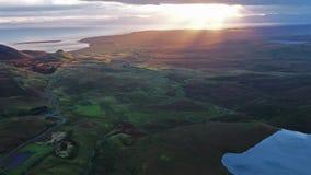 Voo cinemático sobre o Quiraing durante o nascer do sol na cara oriental de na Suiramach de Meall, ilha de Skye, montanhas video estoque