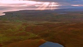 Voo cinemático sobre o Quiraing durante o nascer do sol na cara oriental de na Suiramach de Meall, ilha de Skye, montanhas filme