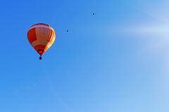 Voo colorido do balão de ar quente em uma manhã bonita do verão Imagem de Stock Royalty Free