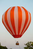Voo colorido do balão de ar quente no céu imagem de stock royalty free