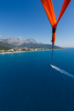 Voo com um paraquedas sobre o mar Foto de Stock Royalty Free