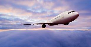 Voo comercial do avi?o dos passageiros acima das nuvens imagens de stock royalty free