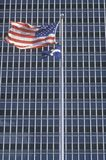 Voo da bandeira americana na frente do prédio de escritórios, Indianapolis, Indiana Fotografia de Stock