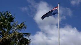 Voo da bandeira de Nova Zelândia no céu azul