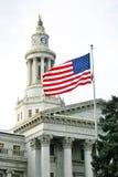 Voo da bandeira em Denver Civic Center Courthouse fotografia de stock